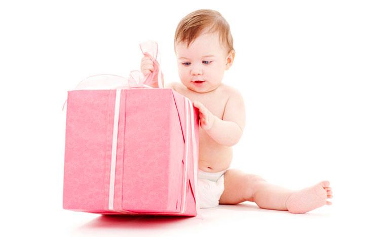 Что подарить имениннице в год